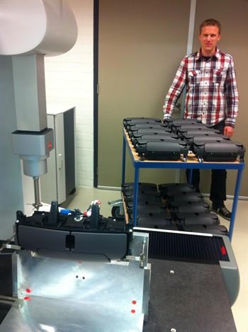 cmm-metrology-expert-rutger-bosch-bij-zijn-werkstukken-op-de-leitz-reference-hp_350x469